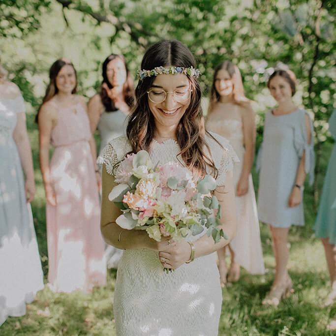 Braut vor Brautjungfern