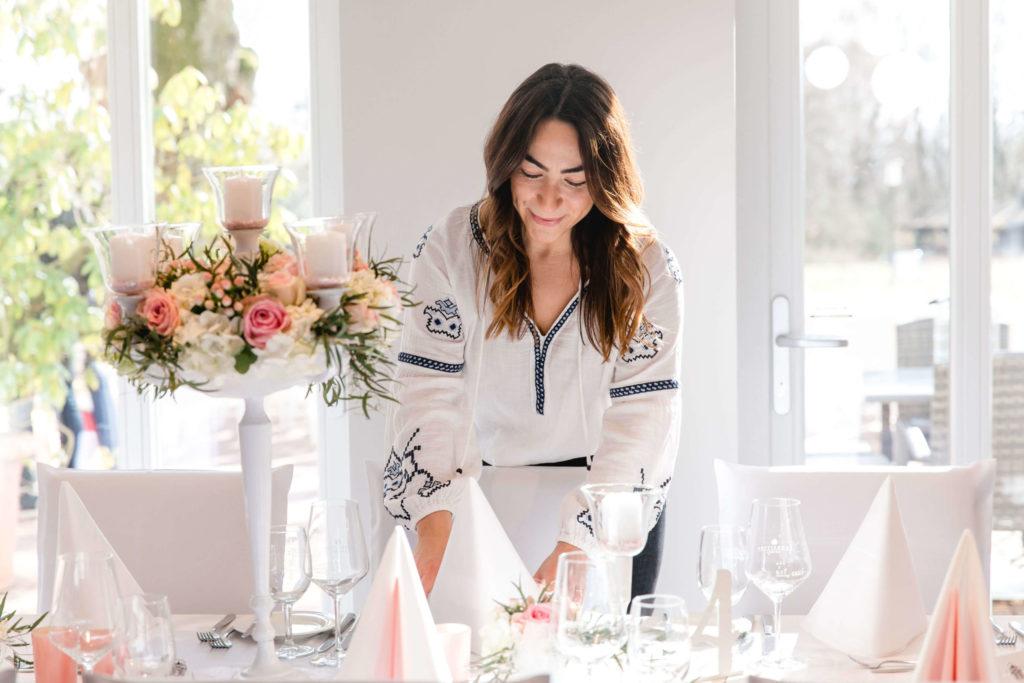Hochzeitsplanerin Esra Sippel aus Köln dekoriert einen Tisch