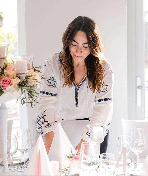 Hochzeitsplanerin Esra Sippel dekoriert einen Tisch