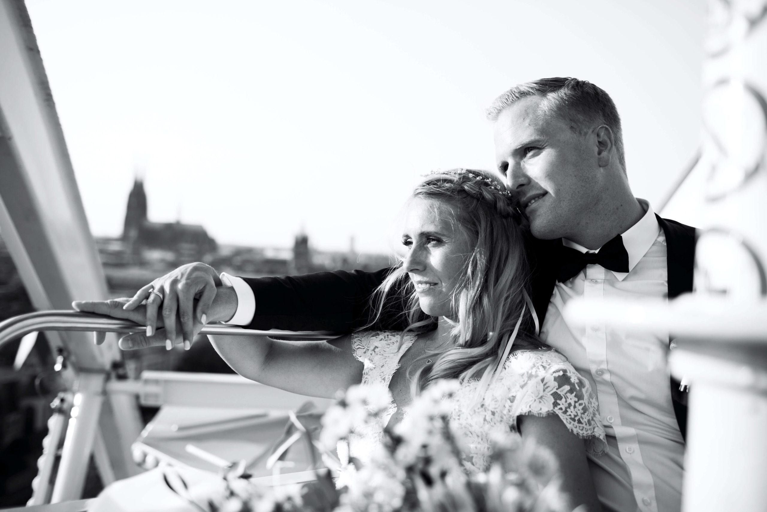 Brautpaar auf Boot vor dem Kölner Dom schwarz/weiß