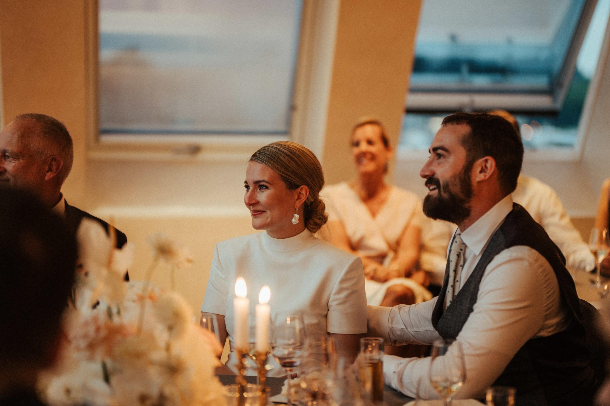 Hochzeitspaar sitzt an Tisch