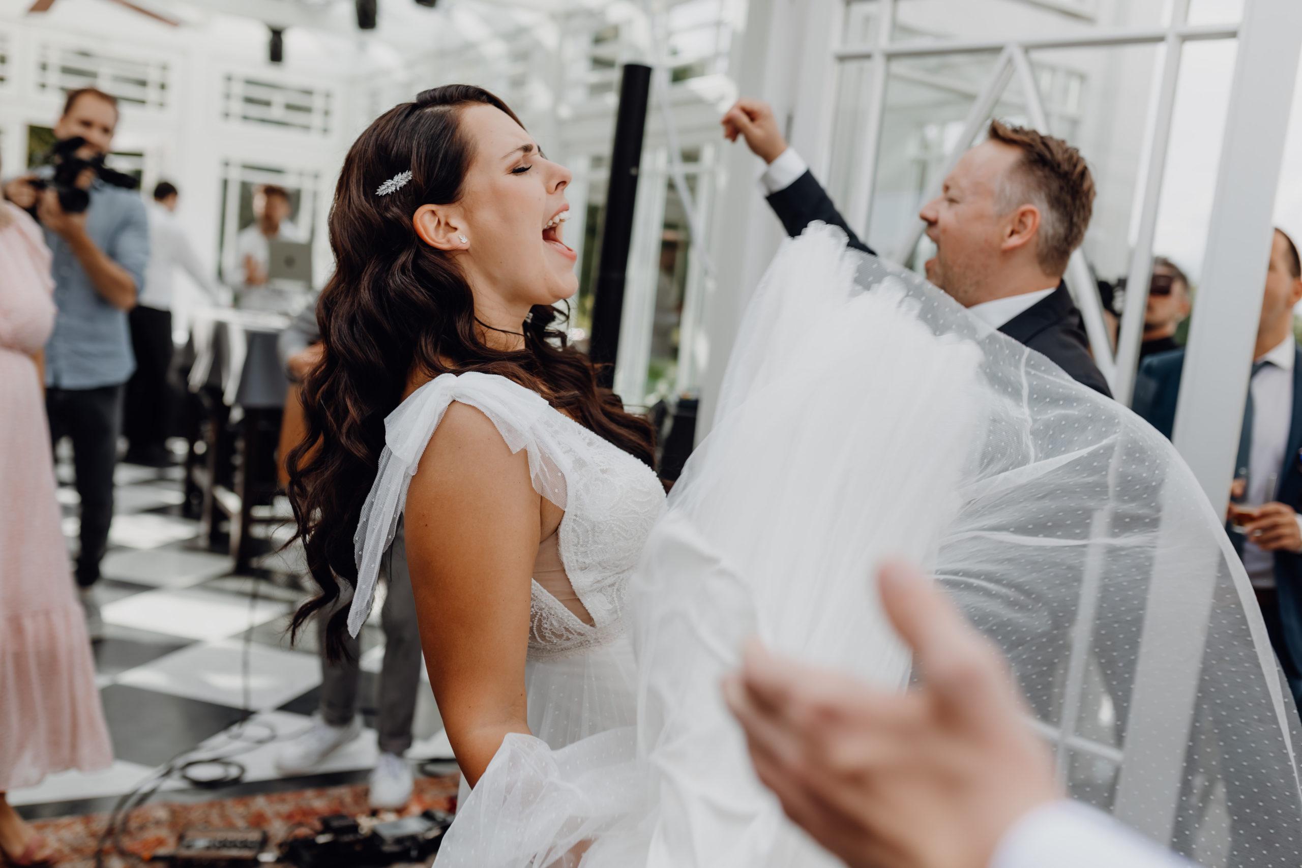 Hochzeitspaar tanzt und singt vor Freude